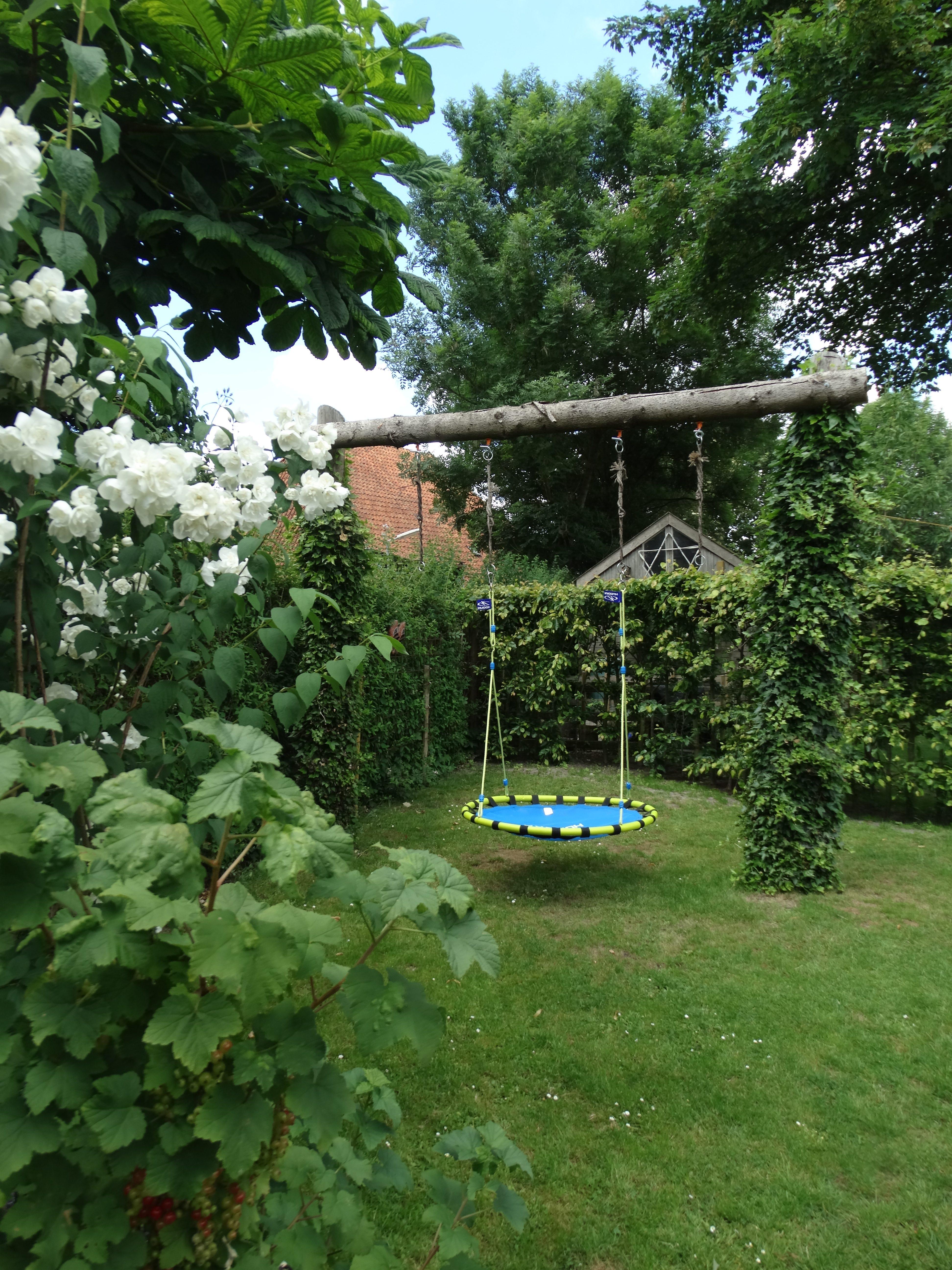 Tuin met schommel